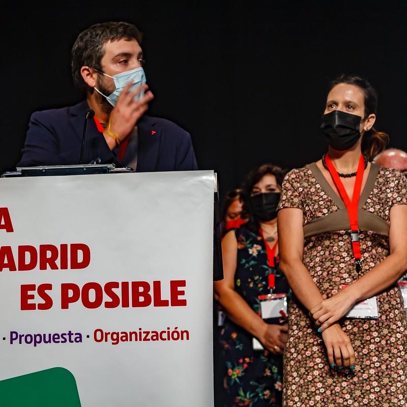 Toñi Sainz (centro) en la clausuara de la I Asamblea de IU Madrid junto con la portavoz Carolina Cordero (derecha) y el Coordinador General de IU Madrid Álvaro Aguilera (Izquierda).