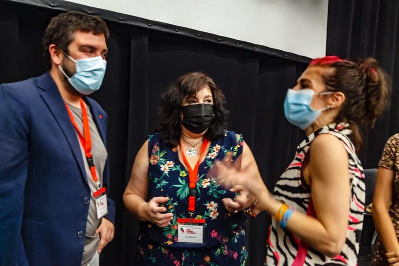 Toñi Sainz (centro) en un momento de la I Asamblea de IU Madrid junto con la diputada autonómica Vanessa Lillo (derecha) y el Coordinador General de IU Madrid Álvaro Aguilera (izquierda).